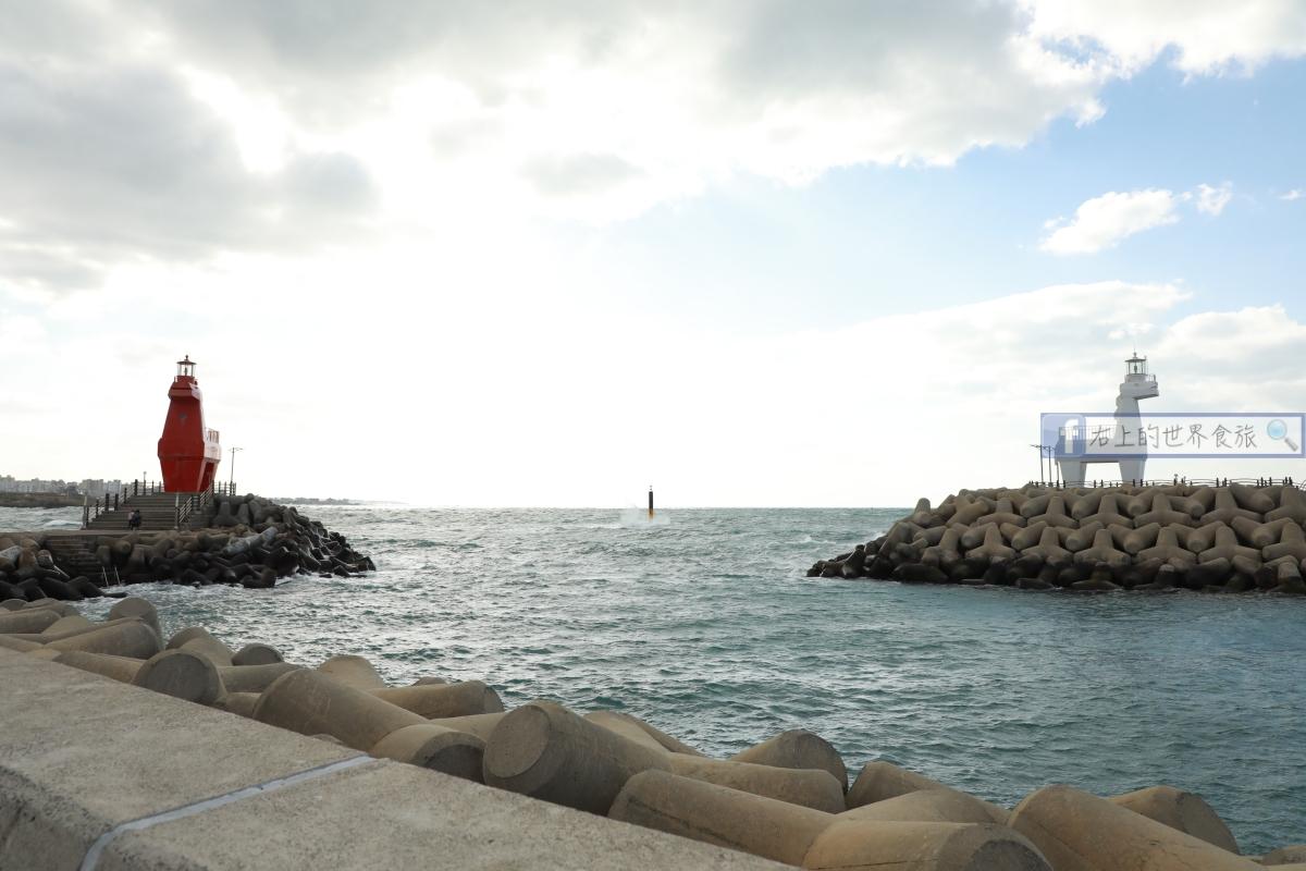 濟州島旅遊-海邊3大IG打卡熱門景點、必吃海景餐廳的人參鮑魚雞粥:木馬燈塔、彩虹海岸道路、Deomjang蔘雞湯、Dodu港落日 @右上的世界食旅