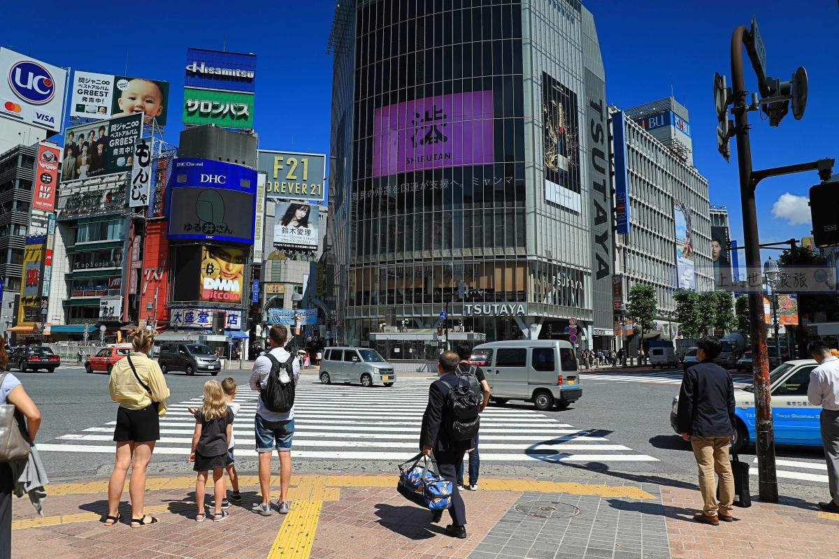 東京旅遊-星巴克 涉谷站前TSUTAYA店:忠犬小巴看涉谷來往人潮多悠閒